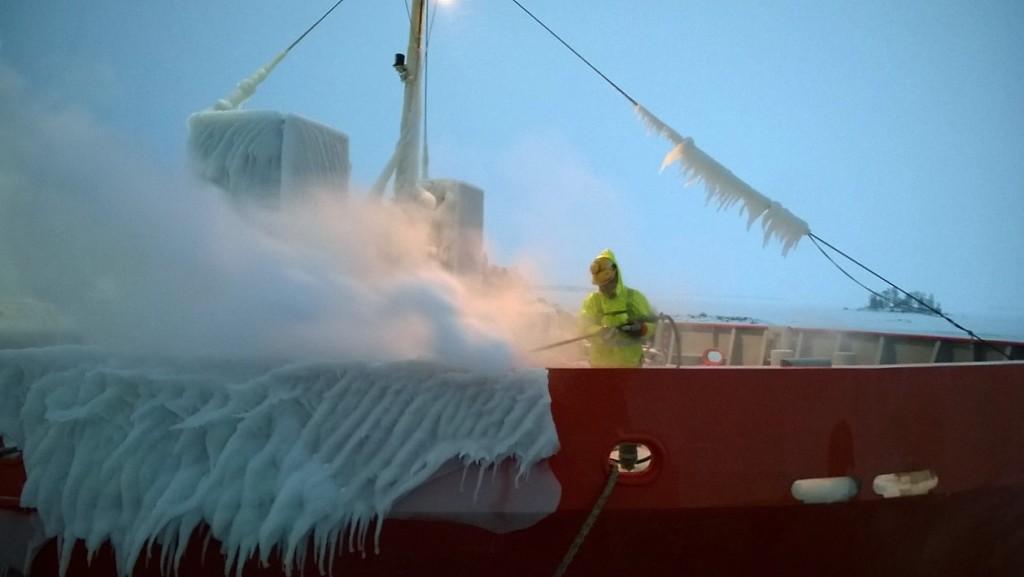 Höyrytys sulattaa jään turvallisesti. Eskate Oy:n höyrytyspalvelu toimittaa höyryä satamaan.
