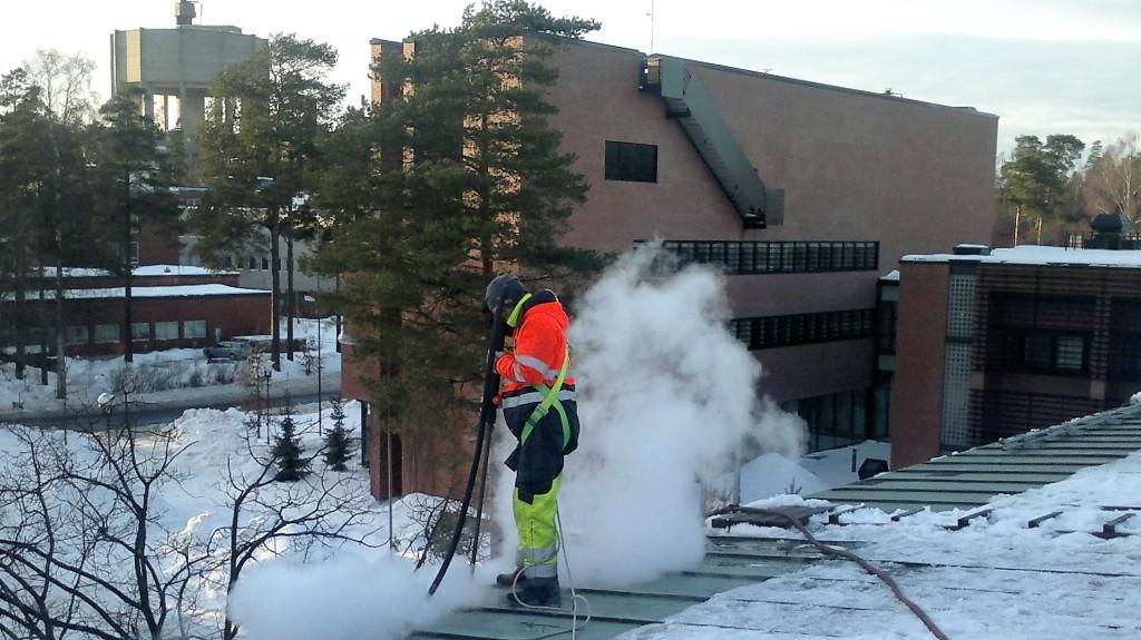 Jään poisto katolta höyryttämällä ei riko pinnoitetta. Höyrytyspalvelu Espoo